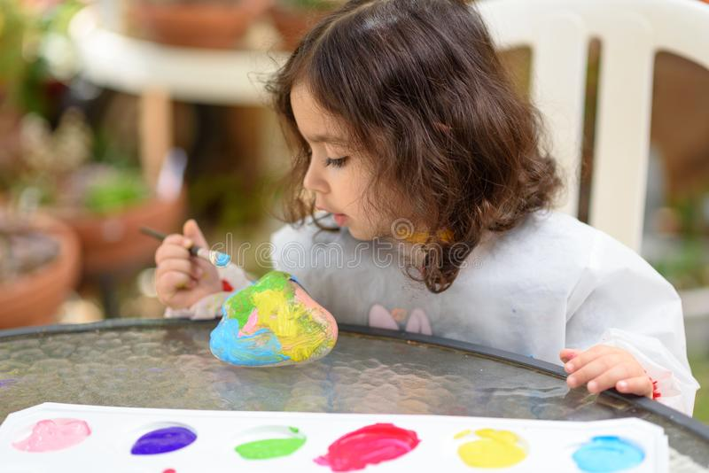 Desenho da menina no ar livre de pedra no ver?o Sunny Day imagem de stock royalty free