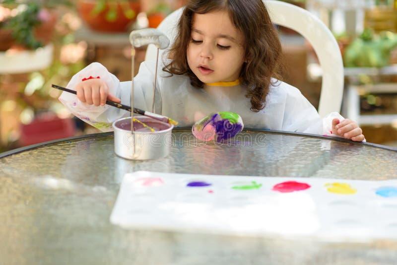 Desenho da menina no ar livre de pedra no ver?o Sunny Day foto de stock royalty free