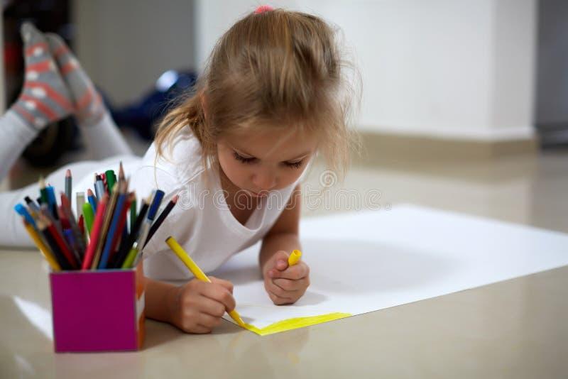 Desenho da menina no assoalho foto de stock royalty free