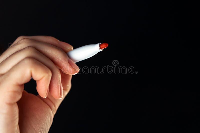 Desenho da mulher de negócios com a pena de ponta de feltro vermelha do marcador imagem de stock