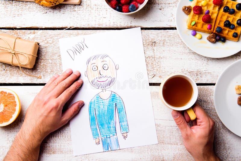 Desenho de Childs de seu paizinho Dia de pais Refeição do café da manhã fotos de stock