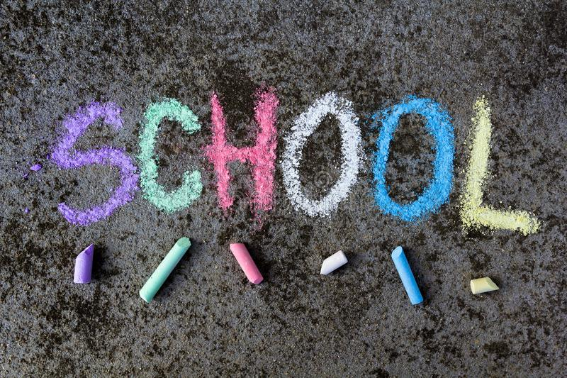 Desenho de giz no asfalto: Palavra colorida ESCOLA foto de stock