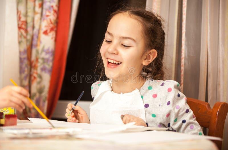 Desenho de riso da menina na lona foto de stock