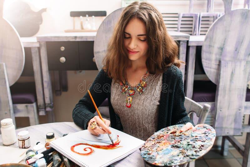 Desenho de sorriso bonito da mulher no estúdio imagens de stock royalty free