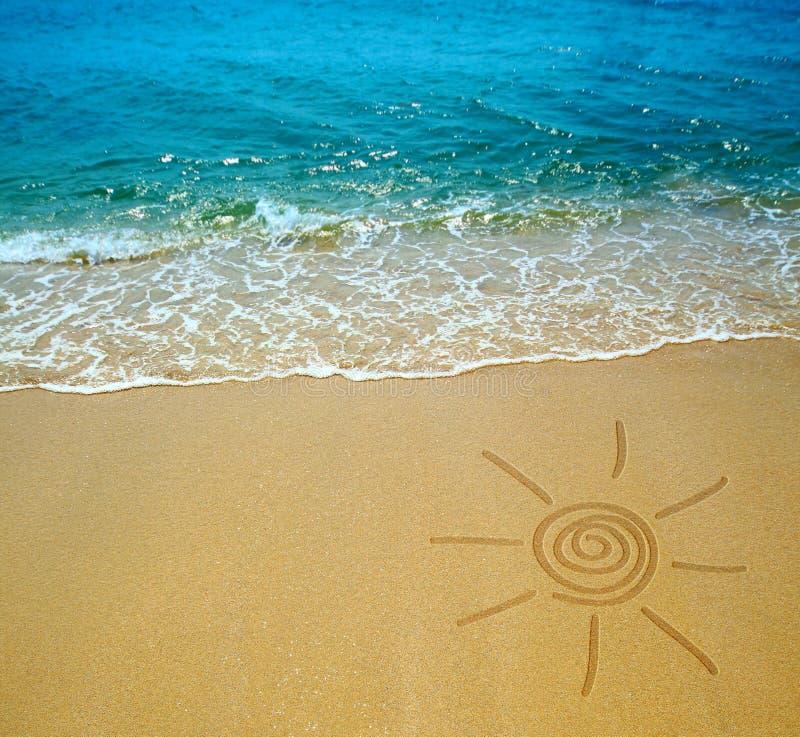Desenho de Sun em uma praia fotografia de stock