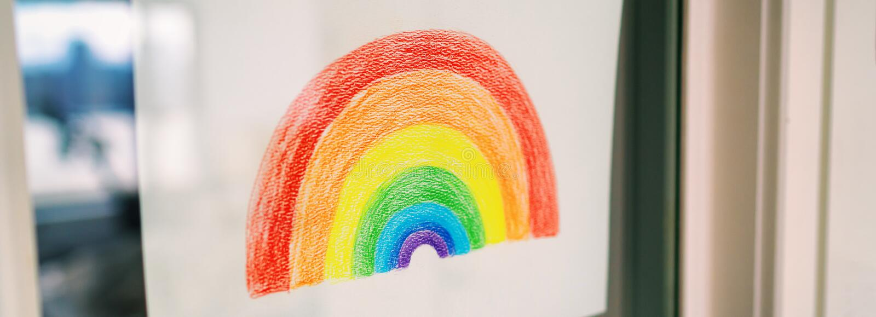 Desenho do arco-íris COVID- 19 na janela exibida para espalhar positividade durante o bloqueio de quarentena do coronavírus Crian foto de stock royalty free