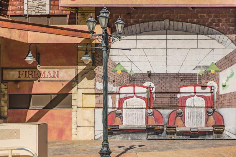 Desenho do carro de bombeiros e boca de incêndio de fogo na alameda da loja do mercado de Okinawa da vila americana da cidade de  fotografia de stock royalty free