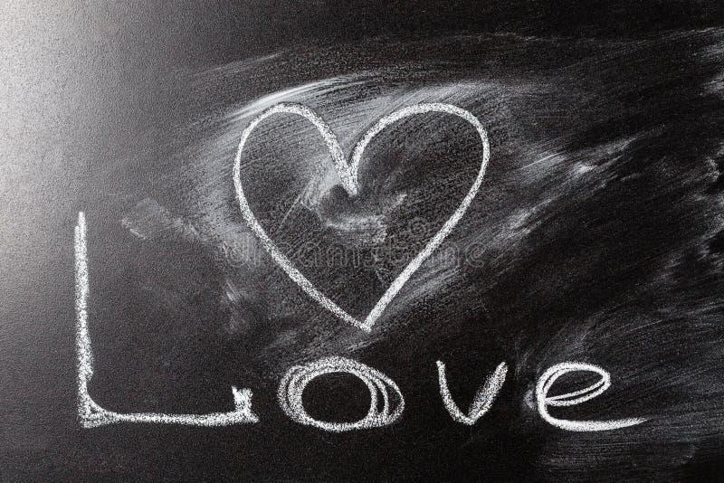 Desenho do coração do amor em um quadro da escola imagens de stock royalty free
