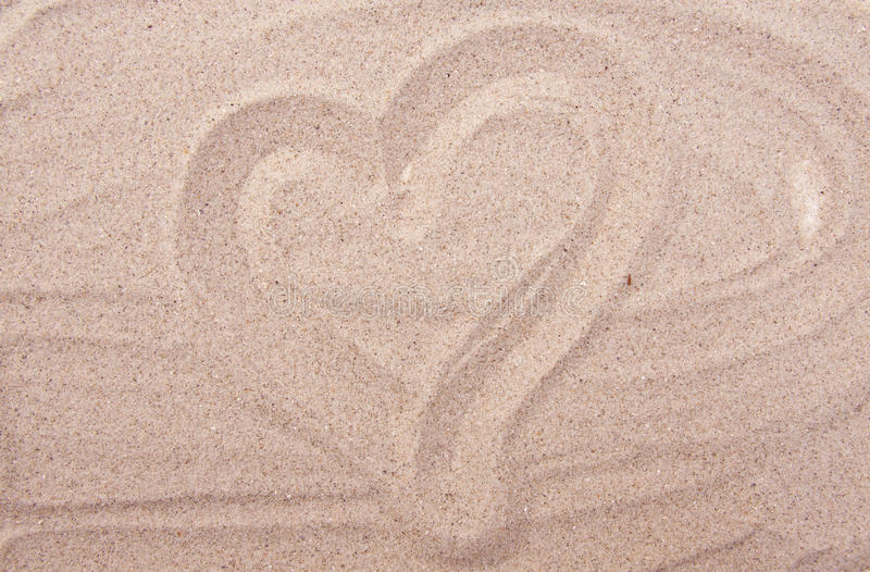 Desenho do coração na areia do mar fotos de stock
