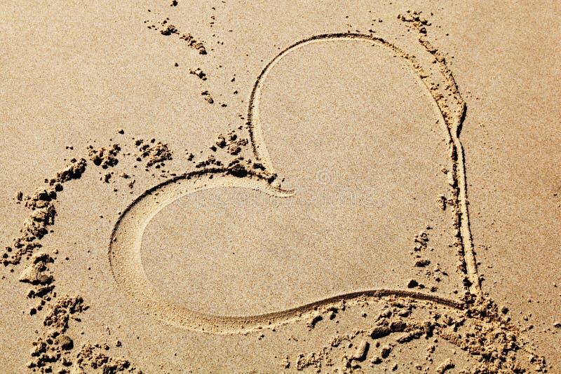 Desenho do coração na praia fotos de stock