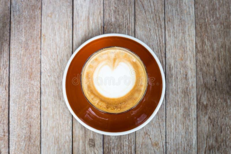 Desenho do coração no café da arte do latte imagens de stock