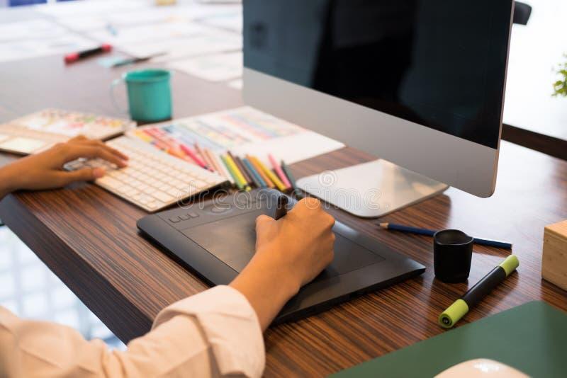 desenho do designer de interiores na tabuleta gráfica no escritório artista wo foto de stock