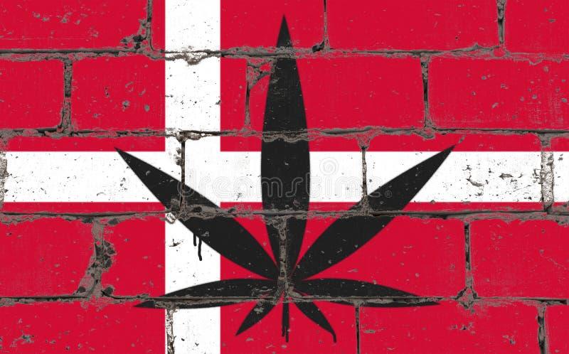Desenho do pulverizador da arte da rua dos grafittis no estêncil Folha do cannabis na parede de tijolo com bandeira Dinamarca ilustração royalty free