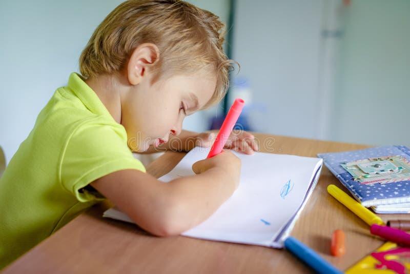 Desenho do rapaz pequeno com past?is da cor foto de stock