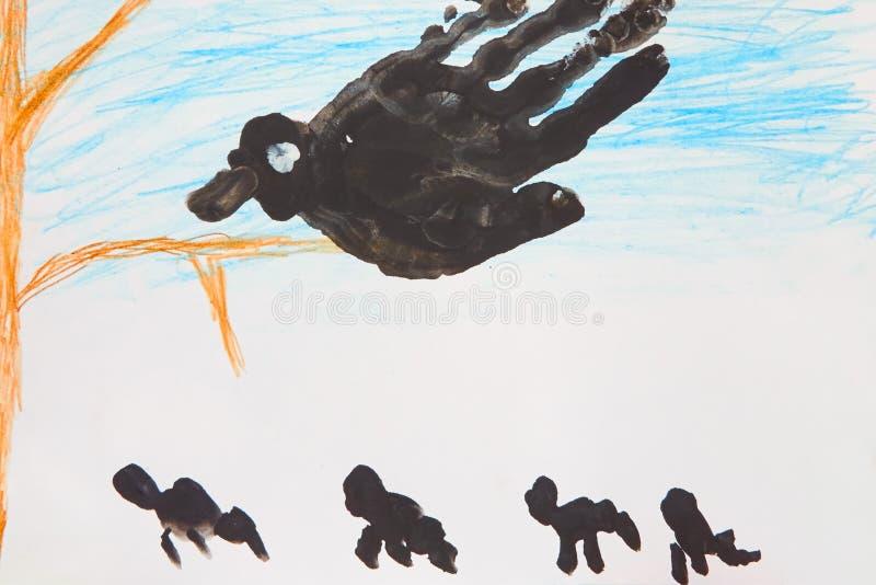 Desenho do ` s da criança do pássaro preto grande na árvore imagem de stock royalty free