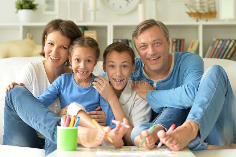 Desenho feliz grande da família foto de stock