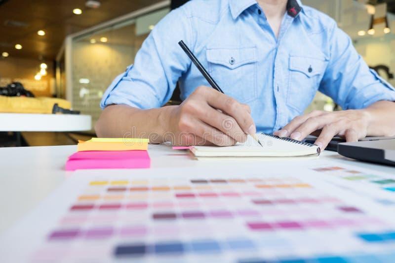 desenho moderno do designer gráfico do moderno que trabalha em casa usando o lapto fotos de stock