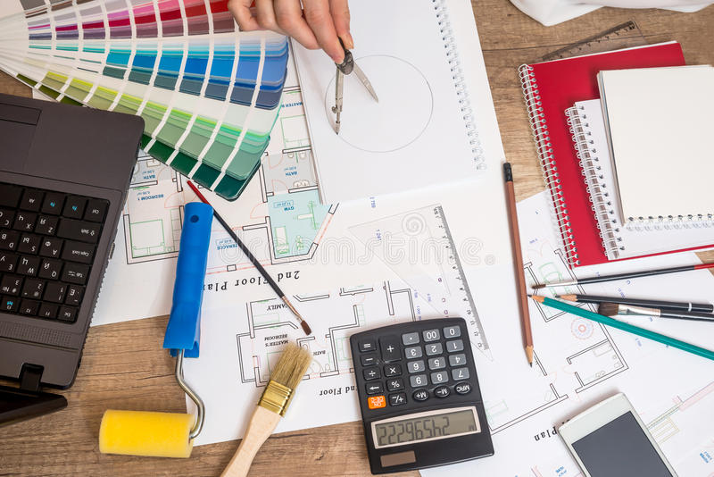 Desenho profissional do trabalhador no projeto da casa fotografia de stock royalty free