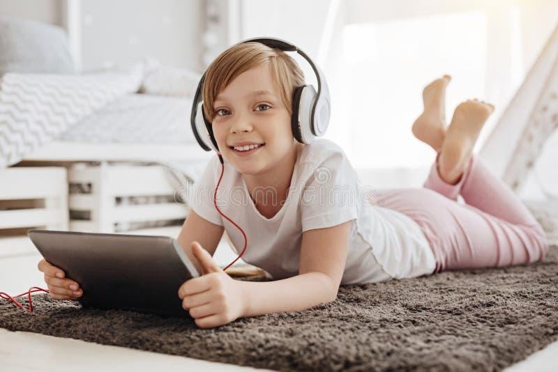 Desenhos animados de observação da criança alegre imaginativa foto de stock royalty free