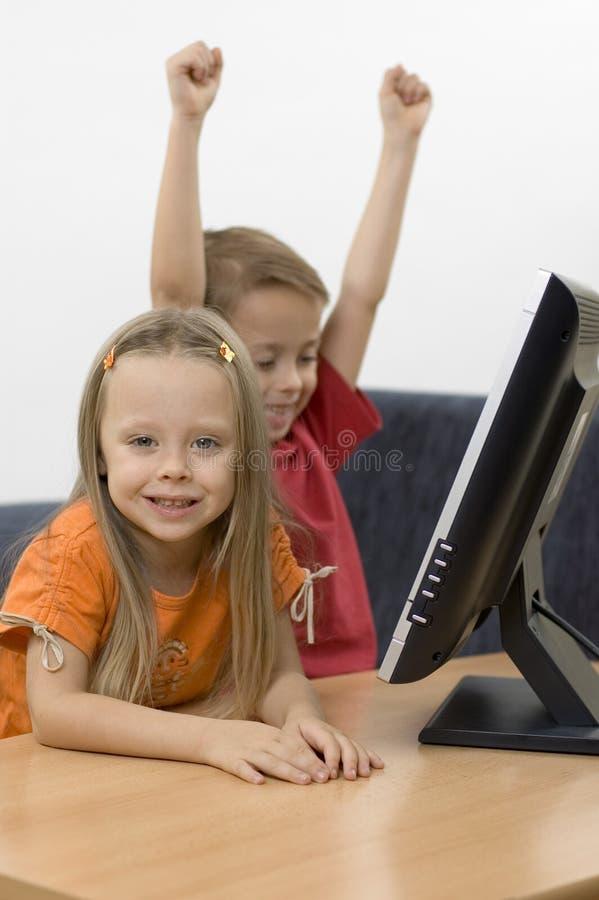 Desenhos animados de observação do menino & da menina fotos de stock