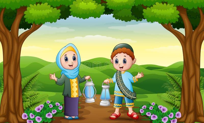 Desenhos animados muçulmanos do menino e da menina que guardam a lanterna na selva ilustração royalty free