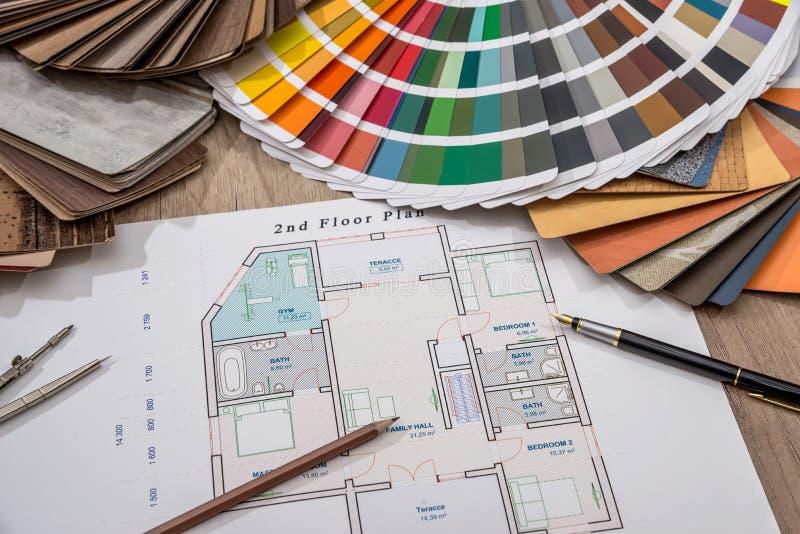 Desenhos arquitetónicos com a paleta das cores e do demonstrador de madeira para projetos da mobília fotos de stock royalty free