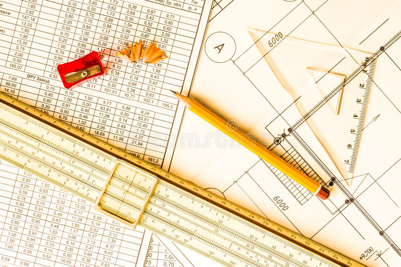 Desenhos arquitetónicos, ferramentas para esboçar na tabela imagem de stock royalty free