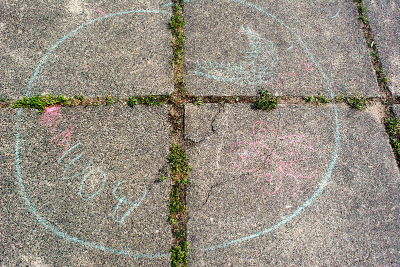 Desenhos do ` s das crianças no giz no pavimento fotos de stock royalty free