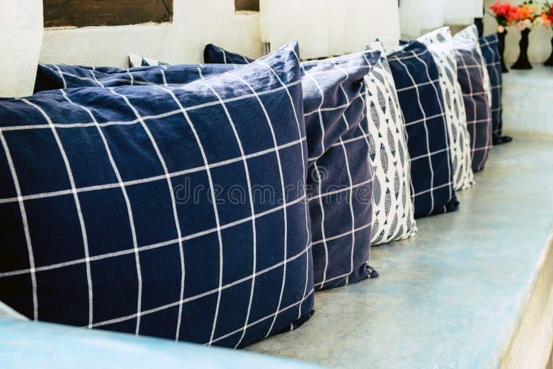 Deseniowe poduszki w żywym pokoju zdjęcia royalty free