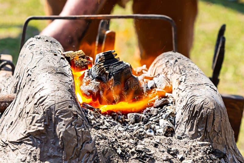 Deseniowych gądziel węgla drzewnego kuźni kordzików płonących ulicznych kołyszących strzałkowatych noży tradycyjny sposób przetwa obraz stock