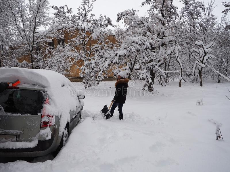 Desenterrar una máquina de la nieve imagen de archivo