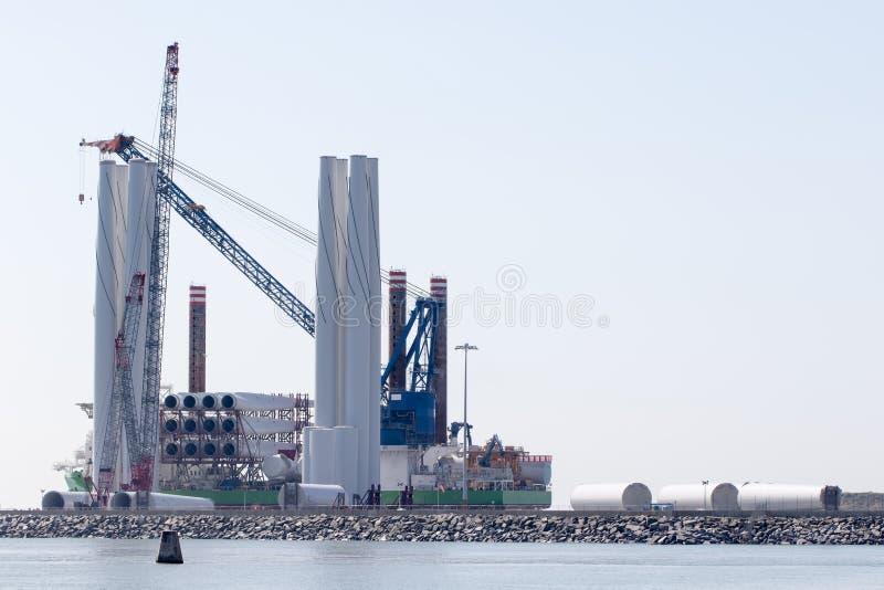 Desenvolvimento de energia limpa Construção a pouca distância do mar da turbina eólica do windfarm Investimento da indústria ener fotos de stock royalty free