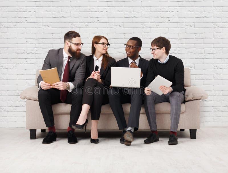 Desenvolvimento de equipas, equipe multi-étnico que senta-se na reunião imagens de stock