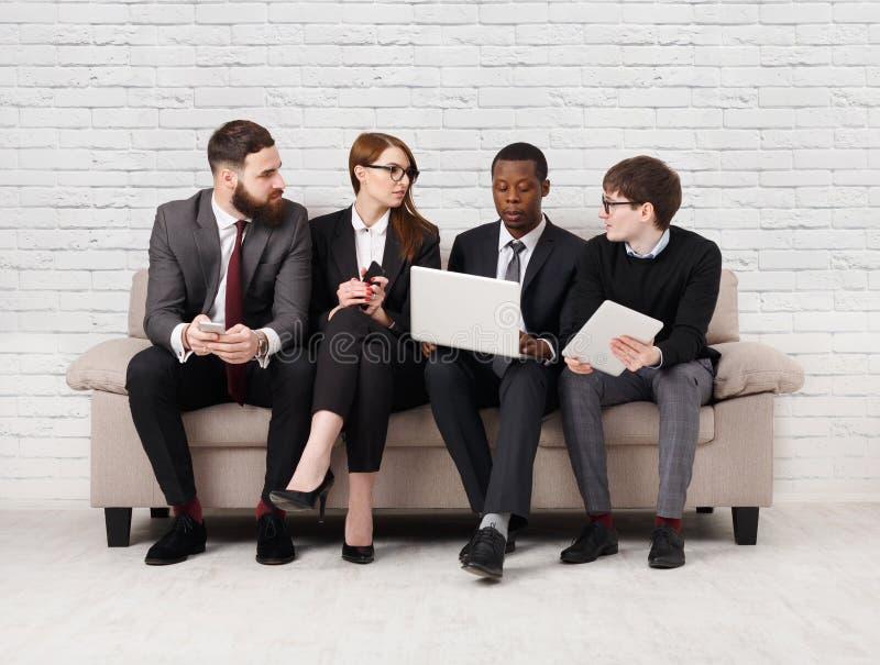 Desenvolvimento de equipas, equipe multi-étnico que senta-se na reunião foto de stock