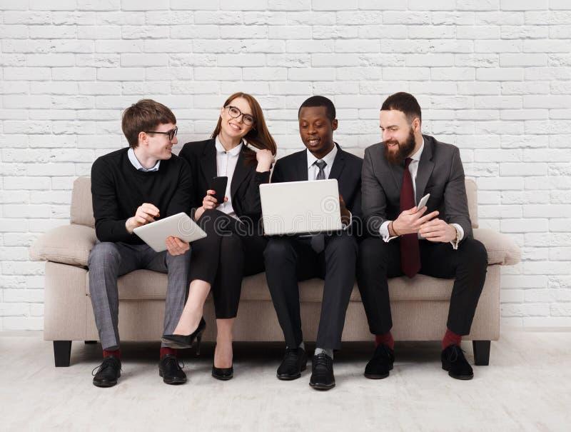 Desenvolvimento de equipas, equipe multi-étnico que senta-se na reunião fotos de stock royalty free