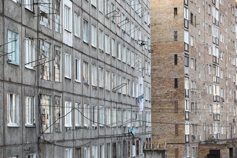 Desenvolvimento de Esidential de casas do painel e do tijolo de Vladivostok Ruas de áreas do sono da capital do Extremo Oriente imagem de stock
