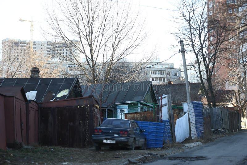 Desenvolvimento de Esidential de casas do painel e do tijolo de Vladivostok Ruas de áreas do sono da capital do Extremo Oriente foto de stock