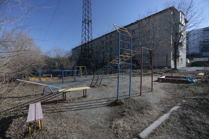 Desenvolvimento de Esidential de casas do painel e do tijolo de Vladivostok Ruas de áreas do sono da capital do Extremo Oriente fotografia de stock