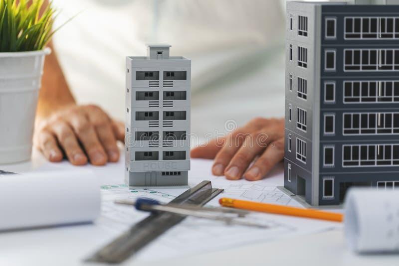 Desenvolvimento de habitação para engenharia civil - modelos e plantas em escala caseira em cima da mesa imagem de stock royalty free
