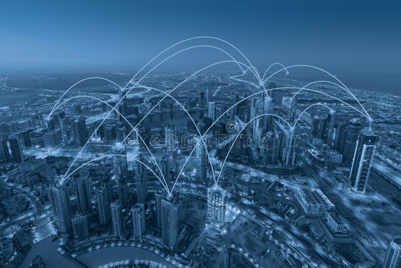 Desenvolvimento de redes da Web do Internet através da cidade moderna imagens de stock royalty free