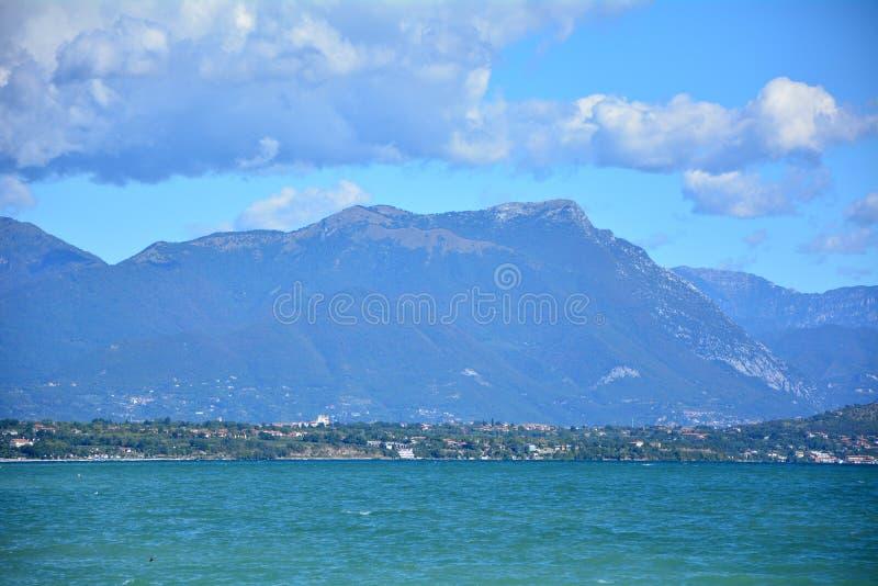 Desenzano加尔达湖山 库存图片