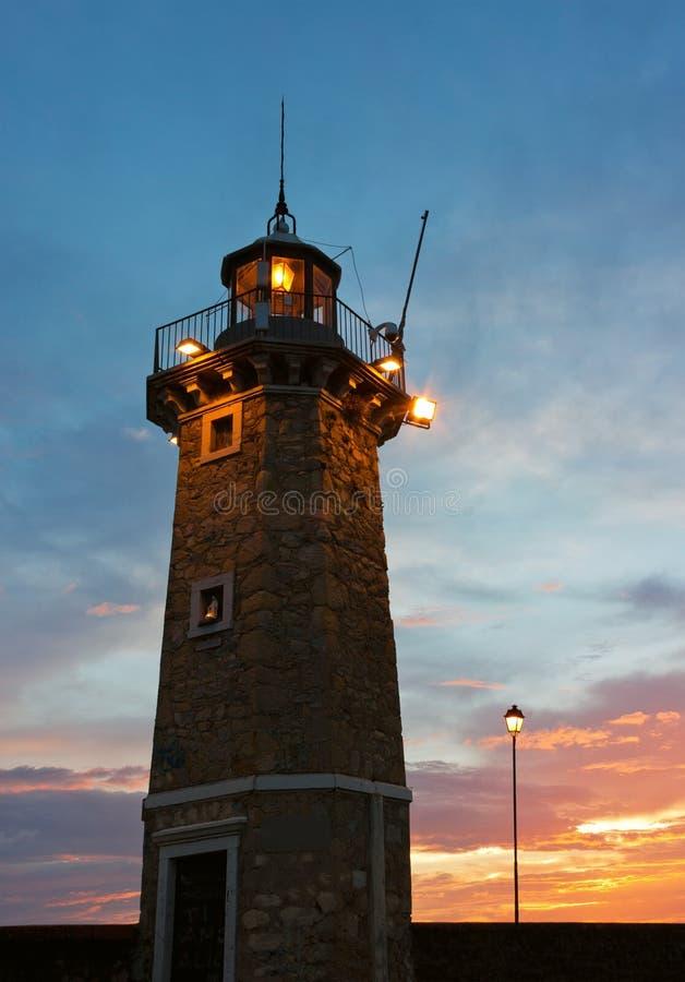 desenzano del加尔达Old灯塔和灯张贴日出 库存照片