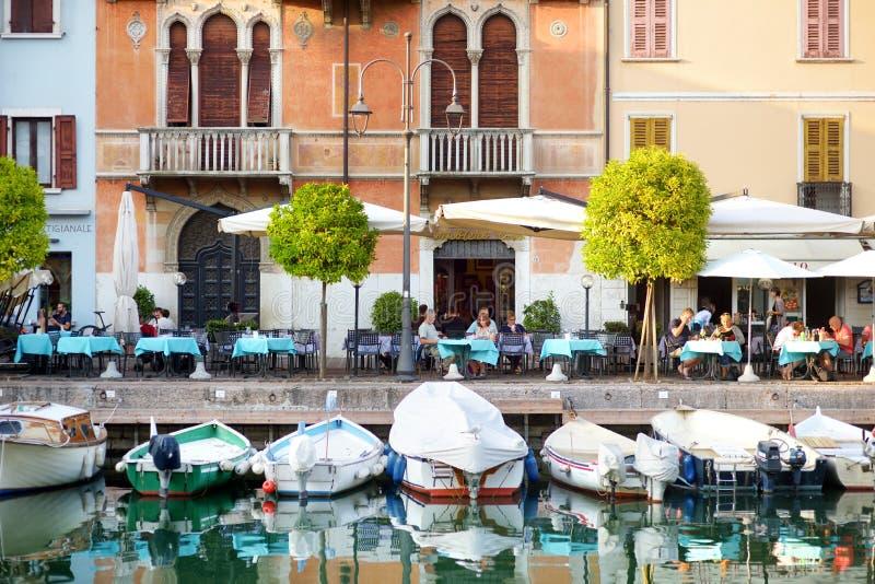DESENZANO DEL GARDA, ITÁLIA - 23 DE SETEMBRO DE 2016: Ideias bonitas de Desenzano del Garda, de uma cidade e do comune na provínc fotos de stock royalty free