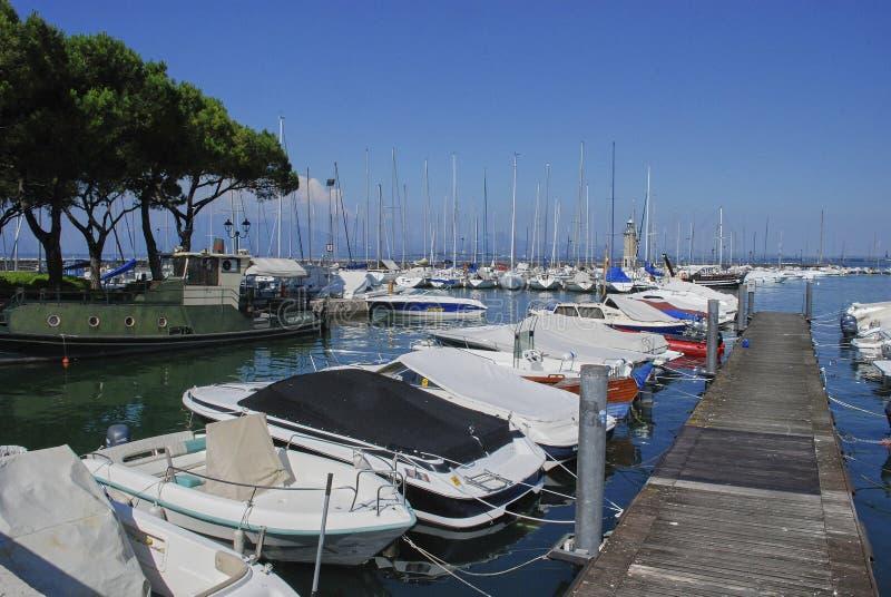 Desenzano del Garda Italien, fartyg står på pir arkivbilder
