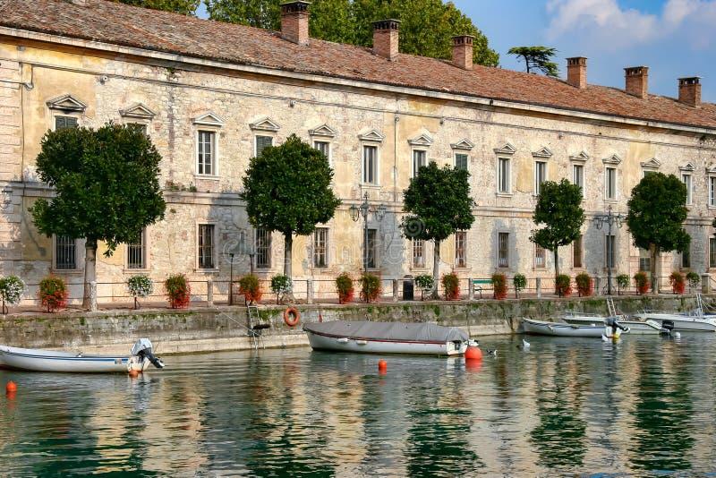 DESENZANO DEL GARDA, ITALY/EUROPE - 25 DE OUTUBRO: Fileira das casas mim foto de stock royalty free
