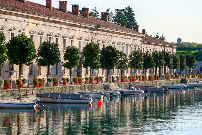 DESENZANO DEL GARDA, ITALY/EUROPE - 25 DE OUTUBRO: Fileira das casas mim foto de stock