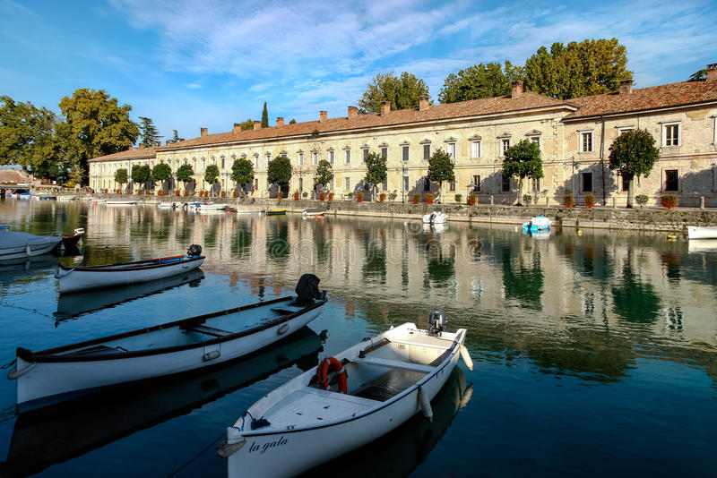DESENZANO DEL GARDA, ITALY/EUROPE - 25 DE OUTUBRO: Fileira das casas mim fotos de stock