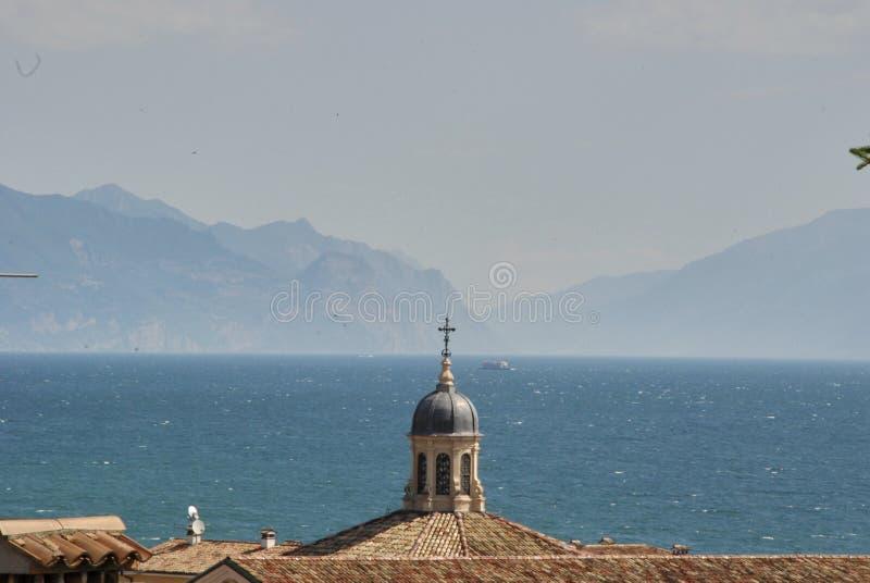 Desenzano del Garda sikt av belade med tegel tak, antenner royaltyfri foto