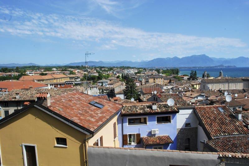 Desenzano del Garda sikt av belade med tegel tak, antenner royaltyfri bild