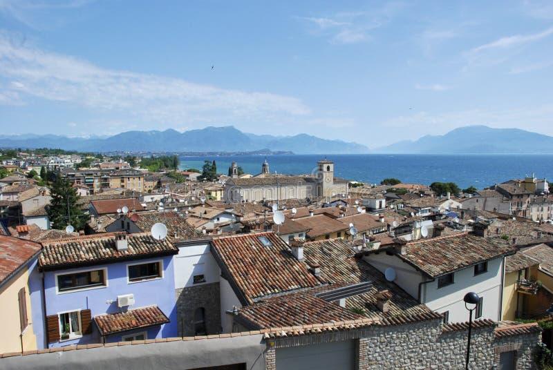 Desenzano del Garda sikt av belade med tegel tak, antenner royaltyfria bilder